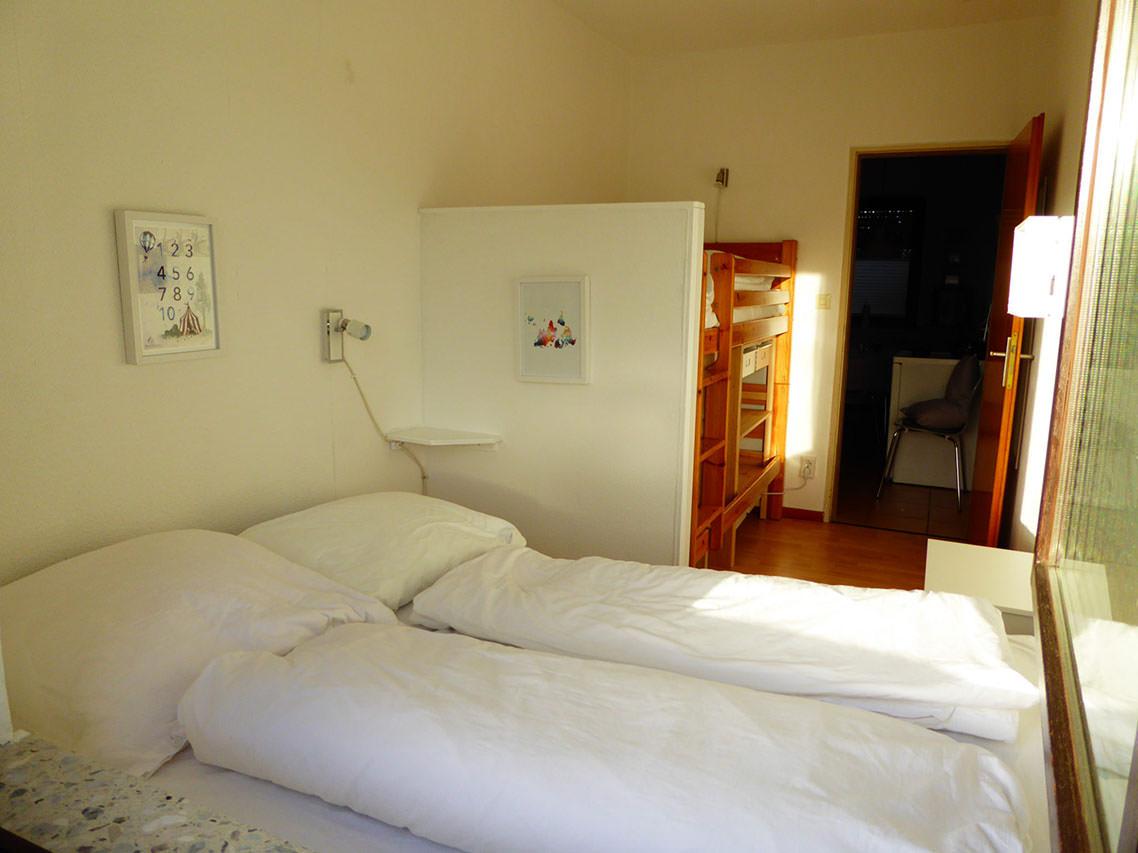 Doppelbett (1,40 * 2) am Fenster im Schlafzimmer